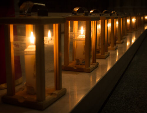 Mimo pandemii harcerze i harcerki z ZHP przekazali Betlejemskie Światło Pokoju.